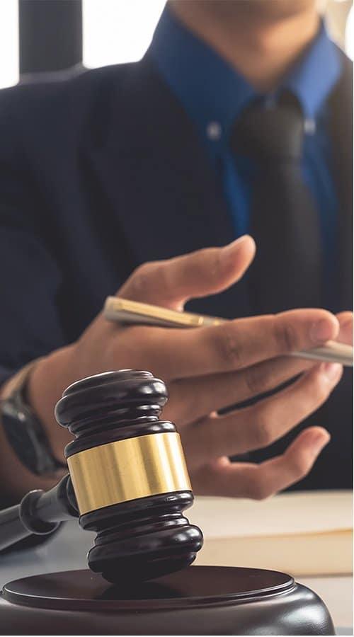Photo d'un marteau de juge, symbolise l'autorité, le respect des règles et l'arbitrage.