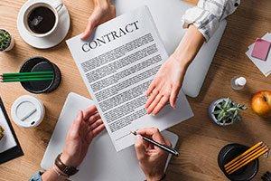 Miniature d'une photo représentant la signature d'un contrat de travail.